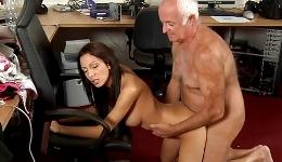 Los hombres mayores le atraen sexualmente