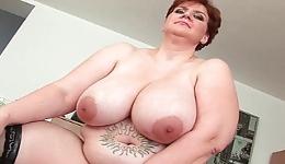 Madura pelirroja se desnuda y se masturba con un consolador