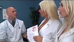 Médico y enfermeras aprovechan el descanso para hacer un trío