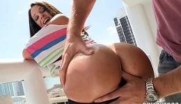 Jada Stevens se pone cachonda con las vistas de la terraza
