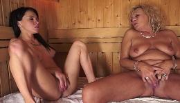 Momento íntimo muy caliente entre mujeres en la sauna