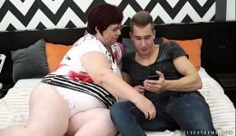 Abuela gorda y necesitada disfruta con un chico joven