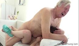 Una sirvienta muy joven se deja follar por un viejo salido
