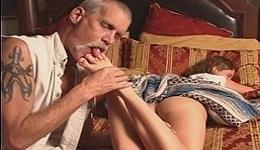 Se aprovecha de su pobre hija mientras está dormida