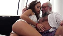Jovencita latina sorprendida sexualmente por un viejo