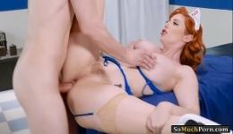 Enfermera pelirroja se deja follar el culo por un paciente