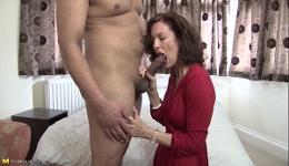Un joven latino le quita las telarañas de su coño y le regala un orgasmo