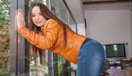 Rusa enculada después de mostrar su bonito culo con unos jeans ajustados