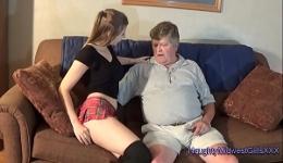 Mi abuelo me da dinero cada vez que le hago una visita sexual