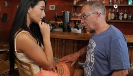 Cuando llegó se encontró a su novia follando con su padre
