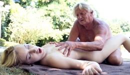 Universitaria se pone cachonda haciendo yoga con un viejo