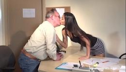 Fue buscando trabajo y se fue a casa con un orgasmo