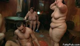 Orgía improvisada con tres gordas muy salidas