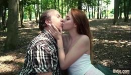 En el bosque es donde único puede follar tranquila con su viejo amante