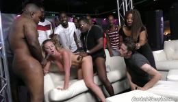 Follada por varios negros en una fiesta delante de su novio
