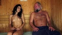 Carolina Abril se lo monta con un abuelete en la sauna