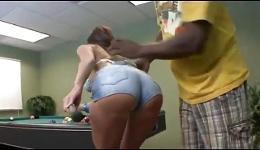Se le da mucho mejor follar duro que jugar al billar