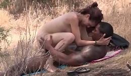 Negro musculoso se pasea desnudo por la playa en busca de sexo