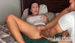 Capaz de masturbarse con dildos gigantes y con el puño de su novio