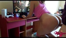 Chica gamer demuestra como disfruta de sus dos pasiones a la vez