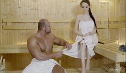 El coño se le humedece al ver tanto músculo en la sauna