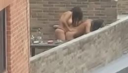 Voyeur pilla a sus vecinas cogiendo en la terraza