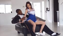 Riley Reid seduce al capitán del equipo con su traje de animadora