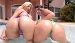 Dos cubanas exhiben sus culazos y comparten polla en la piscina