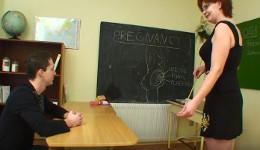 Profesora cachonda tiene una clase práctica de sexo con su alumno