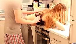 Folla en la cocina y lo graba con un cámara oculta