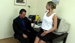 Aparece la secretaria con ganas de pasar un buen rato
