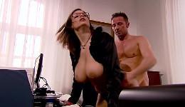 No pudo resistirse más a los tremendos pechos de la secretaria