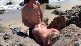 Pareja exhibicionista se graba en la playa follando duro