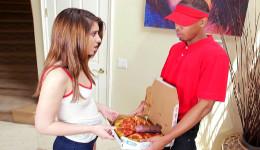 El repartidor le puso una salchicha extra en su pizza