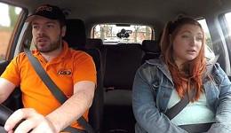 Gordita seduce a su examinador y se lo folla en el coche